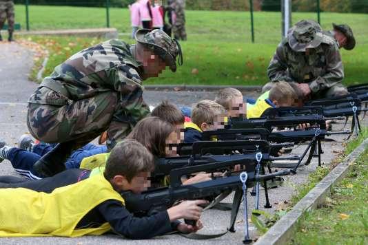 A la faveur d'ateliers « découverte » menés par des personnels de la compagnie de réserve du 40e régiment de transmissions de Thionville à l'école de Flastroff (Lorraine), les élèves ont pu manipuler fusils d'assaut Famas et pistolets automatiques.