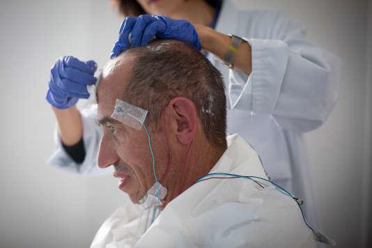 Claire Kuroki, manipulateur radio, retire les électrode d'un patient après un TILE (tests itératifs de latences d'endormissement ).
