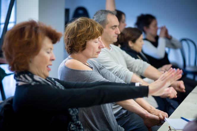 Pendant la séance, la pratique de la relaxation active permet d'enlever les tensions, de détendre le corps.