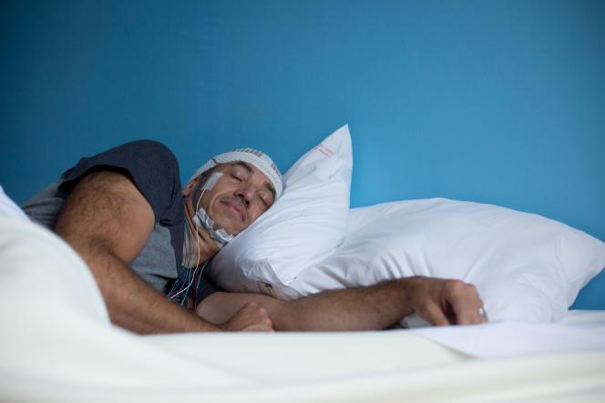 Un patient souffrant d'une pathologie liée au sommeil pendant des tests itératifs de latences d'endormissement (TILE).