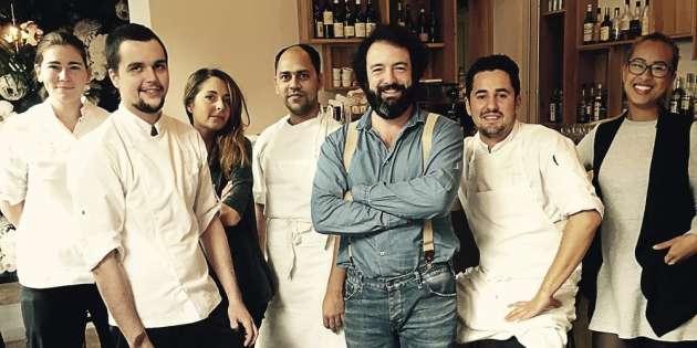Lucas Blanchy (en bleu), le patron du Mordant, et son équipe proposent une cuisine audacieuse.