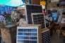 Des panneaux solaires vendus sur un marché de New Delhi.