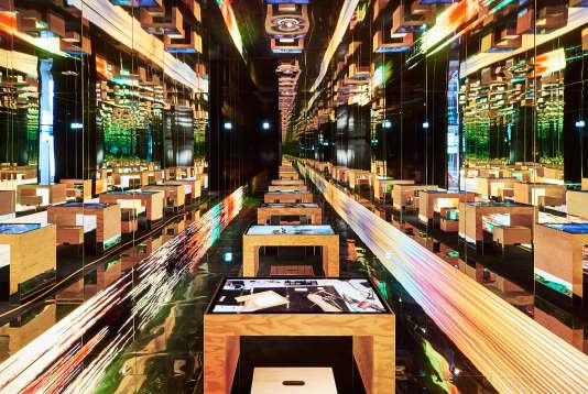 Miroirs, bureaux en bois et écrans LCD chez Louis Vuitton.