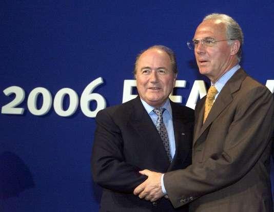 Franz Beckenbauer (à dr.), ici en 2006 avec Sepp Blatter, le président déchu de la FIFA, après l'annonce de l'attribution du Mondial à l'Allemagne…