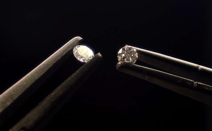 Ces deux diamants font chacun 0,41 carat : à l'œil nu, on ne peut distinguer la pierre naturelle (à gauche) de la pierre artificielle.
