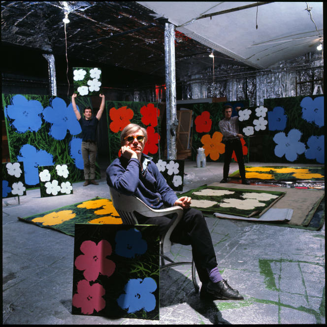 Andy Warhol, Gerard Malanga et Philip Fagan à la Factory, à New York, en 1964. Photographie d'Ugo Mulas.