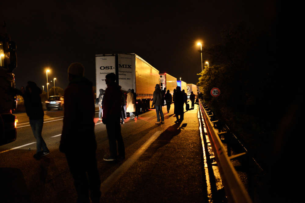 A Calais, le 14 octobre. Comme tous les soirs, de nombreux migrants rejoignent les abords du tunnel sous la Manche, dans l'espoir de pouvoir monter sur un poids-lourds, en direction du Royaume-Uni.