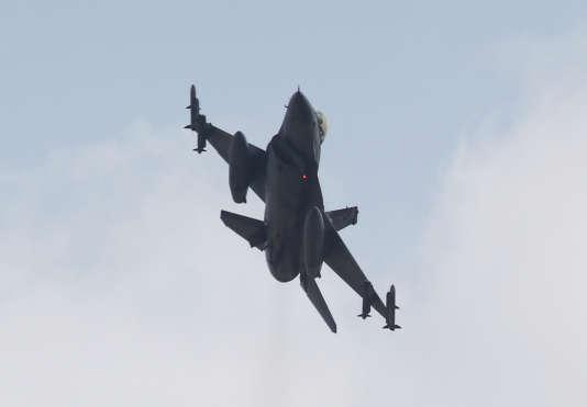Un chasseur F-16 turc décolle de la base d'Incirlik.