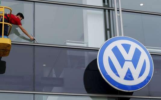 L'enquête pénale en cours en Allemagne sur les moteurs truqués de Volkswagen a identifié « nettement moins de dix  » salariés du groupe de Wolfsburg (nord) responsables de la supercherie,
