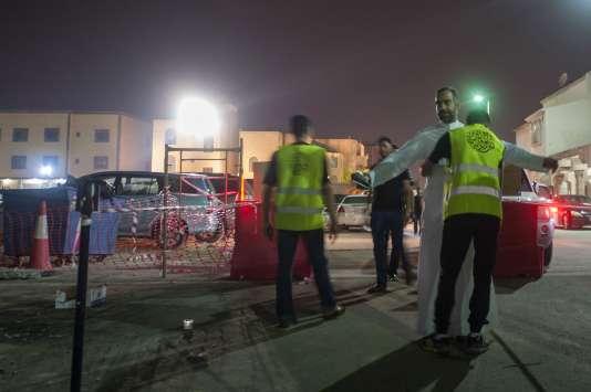 Sur les lieux de l'attaque d'une salle de prières chiite, en Arabie saoudite, vendredi soir 16 octobre 2015.