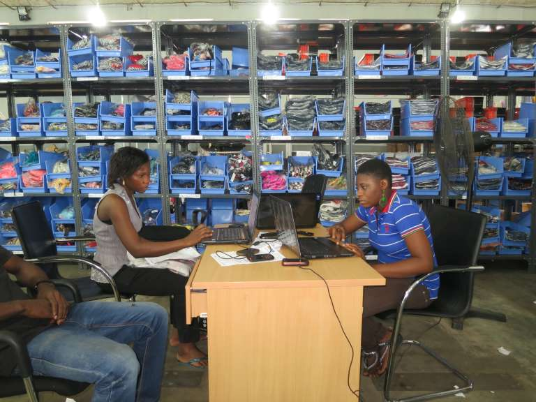 Dans un dépôt du site de e-commerce Konga, à Lagos (Nigeria) en juin 2013