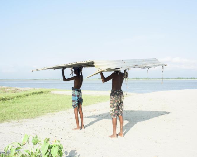Dans le district de Gaibandha, au Bangladesh, en octobre 2015, lors d'un déménagement d'une maison d'une île à l'autre.