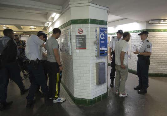 Contrôle de police dans la station parisienne de Barbès.   AFP PHOTO MIGUEL MEDINA