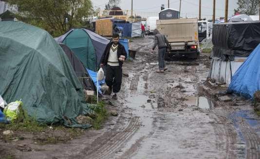 """Des tentes installées dans la boue dans la """"jungle"""" de Calais, le 16 octobre 2015."""
