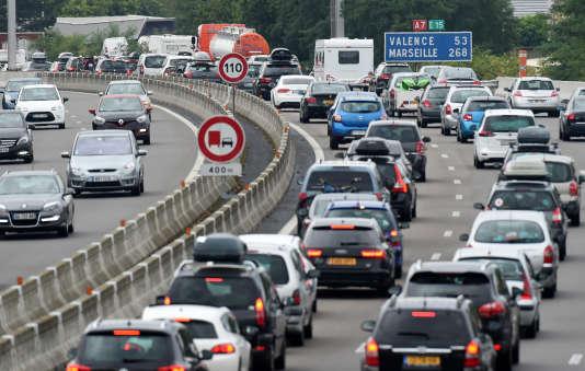 Des automobilistes dans les embouteillages, le 1er août 2015, entre Vienne et Valence.
