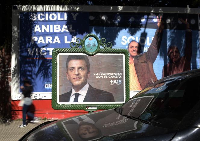 Affiches de campagne des candidats Sergio Massa et Daniel Scioli, à Buenos Aires le 16 octobre.