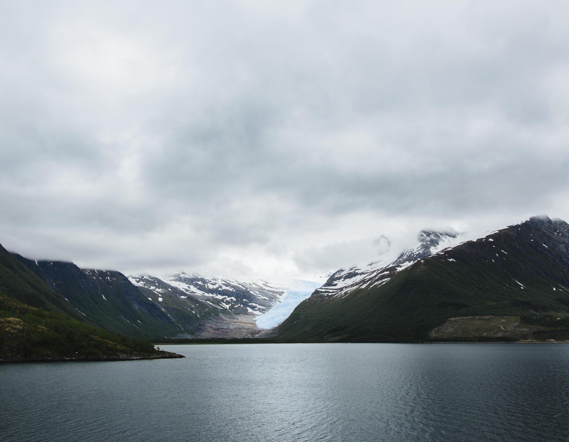 Depuis Brasetvik, les reflets bleus du glacier de Svartisen, de l'autre côté du Holandsforden.