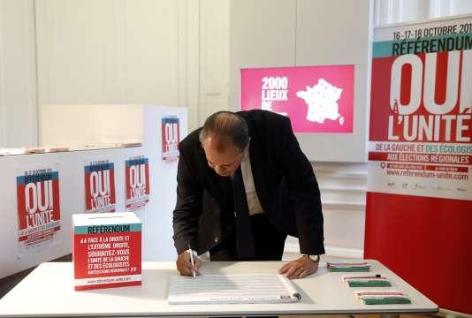 Le premier secrétaire du Parti socialiste Jean-Christophe Cambadélis après avoir participé au référendum sur l'unité de la gauche, vendredi 16 octobre.