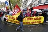 Des manifestants de la CGT devant le siège du Medef, à Paris, le 16 octobre 2015.