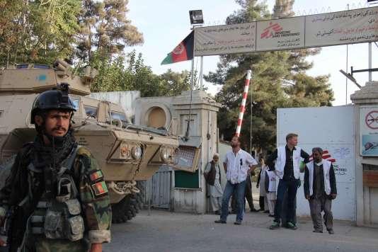 Des membres de MSF et des militaires afghans à l'entrée de l'hôpital de MSF à Kunduz, le 15 octobre 2015.