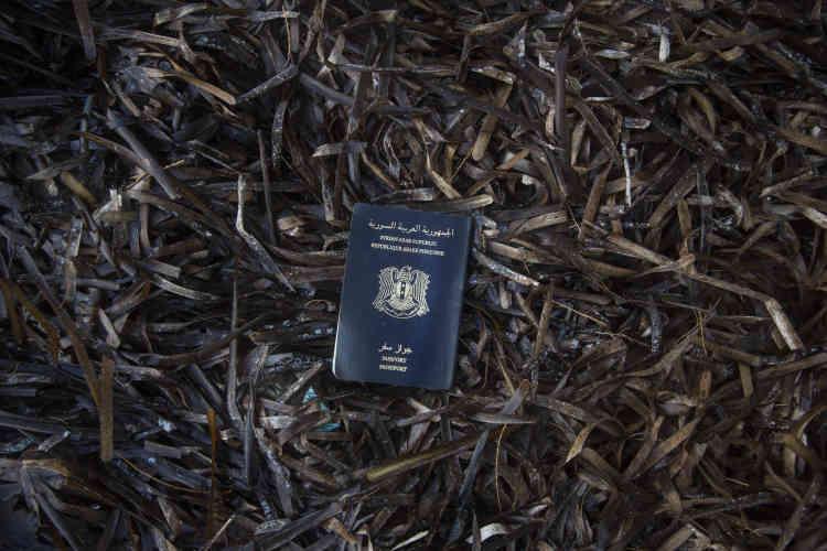Un passeport syrien,  sur une plage proche de Skala Sikaminias, à Lesbos.