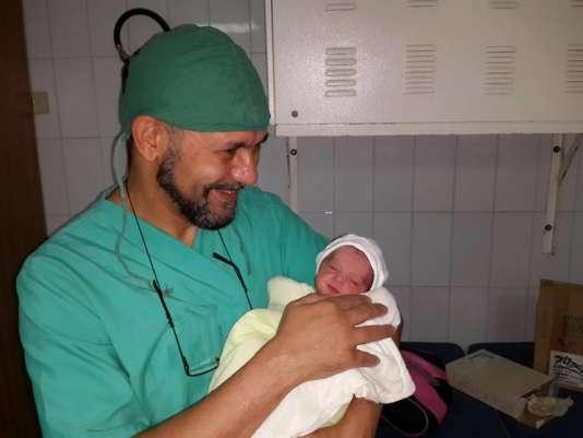 Le docteur Lahna, à l'occasion d'une naissance le 5 octobre, à Maarat al-Nouman, en Syrie.