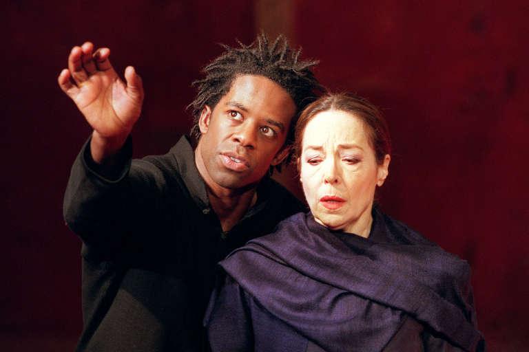 """Les acteurs britanniques Adrian Lester et Natasha Perry dans la pièce """"Hamlet"""" de William Shakespeare, au théâtre des Bouffes du Nord à Paris, 28 novembre 2000."""