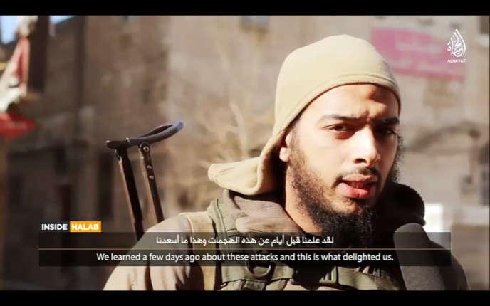 Le djihadiste français Salim Benghalem en Syrie en février 2015 . Saisie d'écran d'une vidéo de propagande, diffusée par Daech où il fait l'apologie des attentats de Paris et de Mohammed Merah.