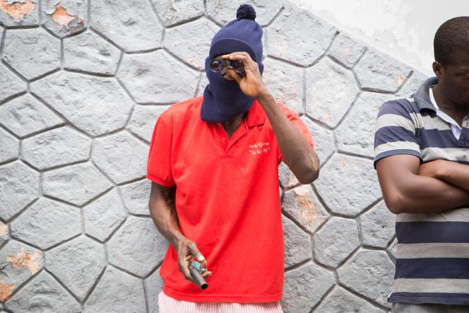 Détenus soupçonnés de braquage en bande organisée photographiés au commissariat du Plateau, Abidjan, mardi 13 octobre 2015.