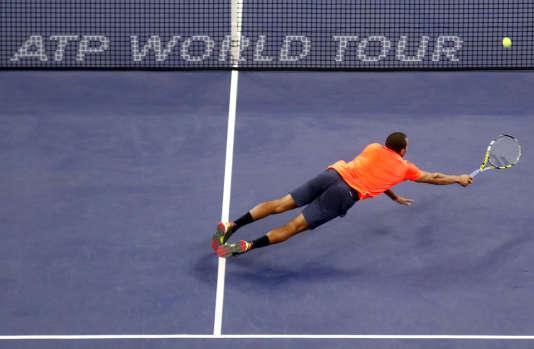 Jo-Wilfried Tsonga, auteur d'un superbe plongeon à 30-30 dans le troisième set, accède à la finale du Master 1000 de Shanghai en battant Rafael Nadal, samedi 17 octobre.