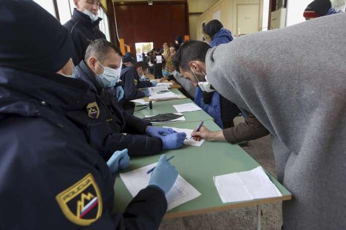 Un migrant s'enregistre à son arrivée en Slovénie, samedi 17 octobre.