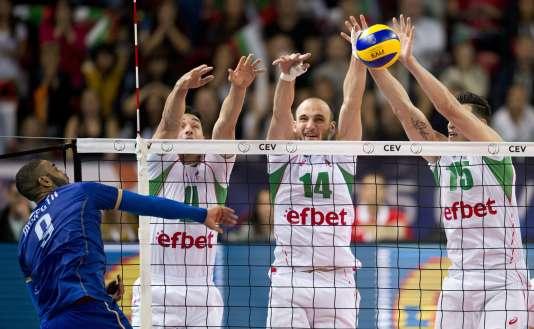 De gauche à droite, le Français Earvin Nhapeth tente un retour face aux Bulgares  Vladimir Milchev,Teodor Todorov et Vladimir Nikolov, en demi-finale de l'Euro de volley, samedi 17 octobre à Sofia.
