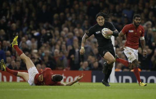 Le Néo-Zélandais Ma'a Nonu réussit une percée entre deux Français, éliminés en quarts de finale de la Coupe du monde de rugby à Cardiff, samedi 17 octobre.