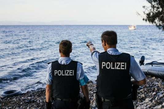 Des officiers de police allemands, envoyés sur l'île de Lesbos par l'agence européenne de surveillance des frontières Frontex.