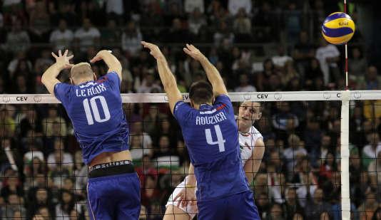 Le Bulgare  Aleksiev Todor marque face aux Français Le Roux (à gauche) et Rouzier, en demi-finale de l'Euro de Volley, à Sofia le 17 octobre.