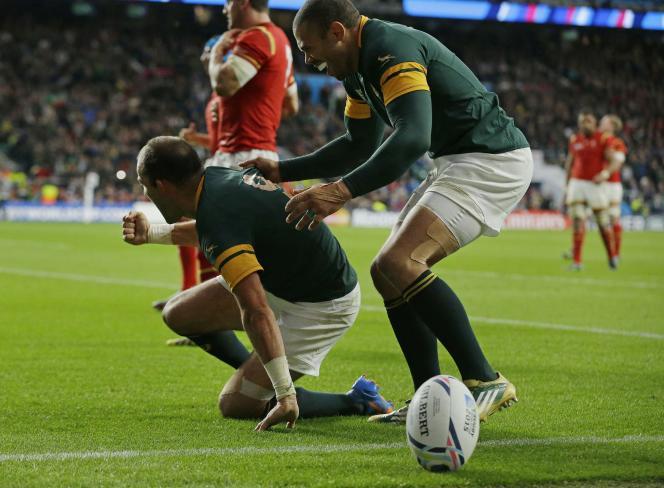 Les deux stars de l'équipe sud-africaine, le capitaine Fourie du Preez  et Bryan Habana célèbrent leur victoire sur les Gallois samedi 17 octobre à Twickenham.