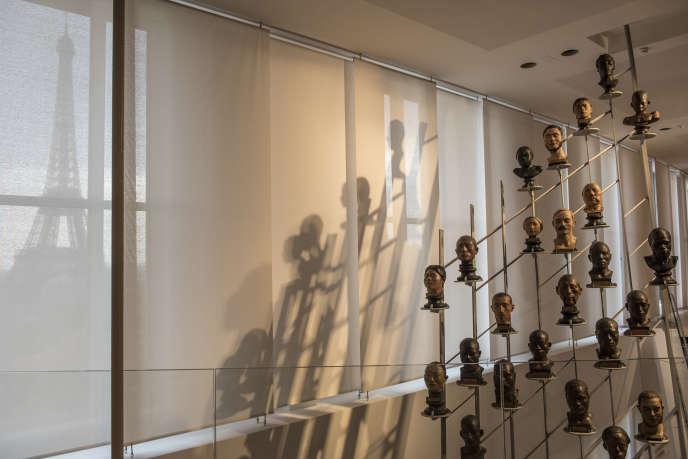L'homme dans sa diversité illustrée par 92 bustes de bronze et de plâtre, disposés sur une portée métallique de musique par la scénographe Zette Cazalas.