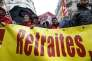 Des militants de la CGT manifestent devant le siège du Medef pendant des négociations sur les retraites, à Paris le 16 octobre 2015.