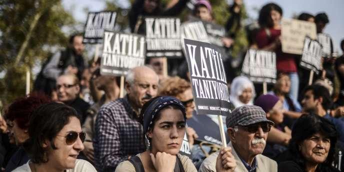 « Nous connaissons le tueur », portent des panneaux lors d'un rassemblement à Istanbul le 17 octobre en mémoire des cent deux morts de la double explosion survenue lors d'une manifestation pour la paix une semaine plus tôt à Ankara.