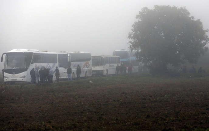 Des bus de migrants attendent à la frontière serbo-croate, dimanche 18 octobre.