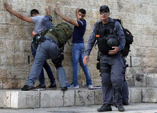 Des policiers israéliens fouillent de jeunes Palestiniens à Jérusalem, à la porte de Damas, le 18 octobre 2015.