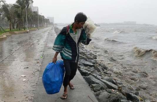 Le typhon est resté quasiment stationnaire pendant sept heures avant de se déplacer lentement vers le nord-ouest, ont expliqué les services météorologiques.