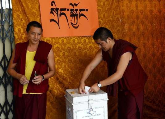 Des moines, des nonnes et des familles patientaient devant le principal temple de Dharamsala, où siège le gouvernement tibétain en exil.