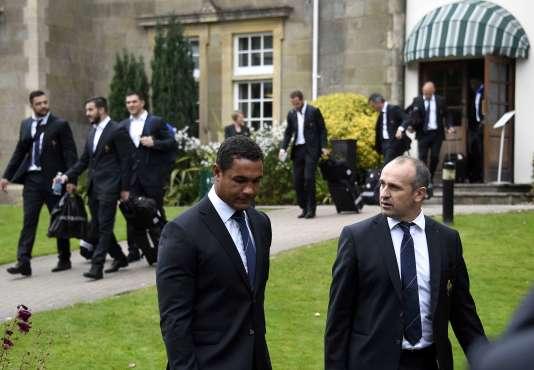 Le capitaine français Thierry Dusautoir et son sélectionneur, Philippe Saint-André, quitte leur hôtel de Newport (Pays de Galles), le dimanche 18 octobre.