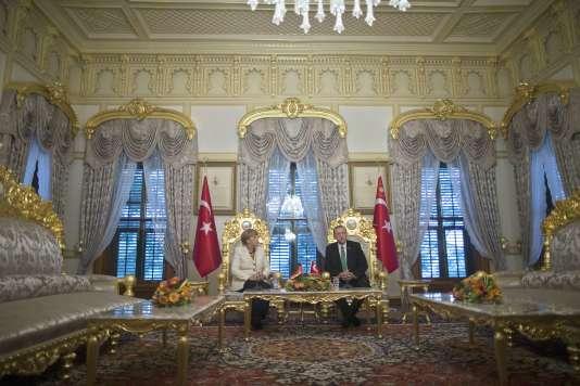 Angela Merkel a évité une réception au palais présidentiel d'Ankara, un monument néo-ottoman à la gloire de M. Erdogan, en le rencontrant à Istanbul, le 18 octobre.