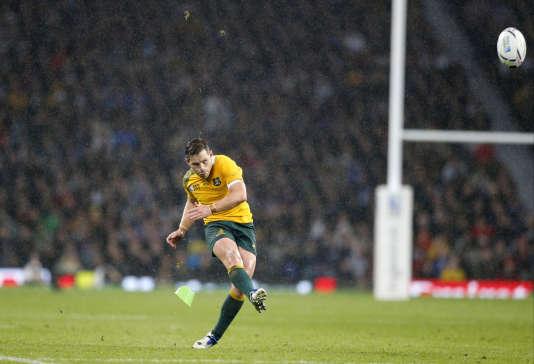 L'Australien Bernard Foley réussit une pénalité face aux Ecossais, en quart de finale de la Coupe du monde de rugby, le 18 octobre.