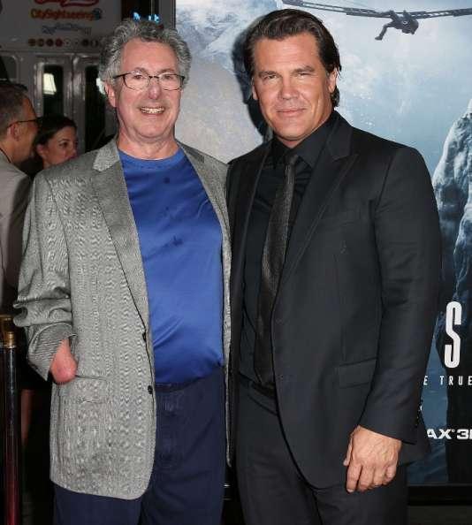 L'alpiniste Beck Weathers (à gauche) et l'acteur Josh Brolin, avant la première du film «Everest», le 9 septembre, dans un cinéma de Hollywood (Californie).