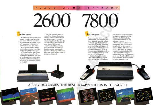 L'Atari 7800, à droite, serait sorti en Occident avant la NES de Nintendo, si le nouveau président d'Atari Corp n'avait pas modifié sa date de sortie au dernier moment.