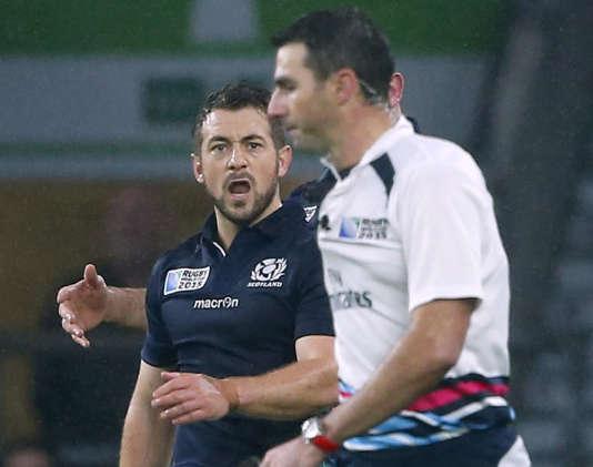 L'Ecossais Greig Laidlaw furieux contre l'arbitre sud-africain Craig Joubert, qui vient d'accorder une pénalité aux Australiens, le 18 octobre.