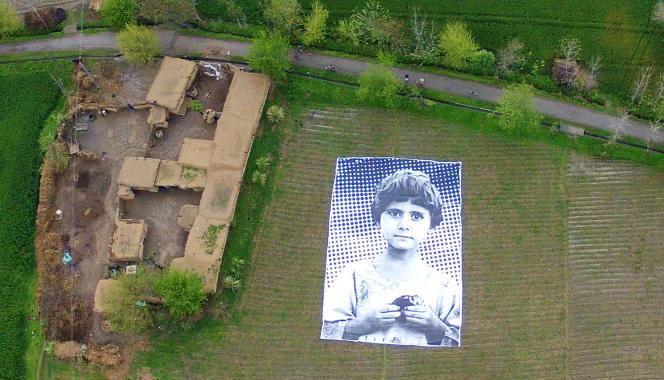 Au Pakistan des artistes placent des photographies géantes de victimes d'attaques de drones à côté des lieux où elles ont été tuées afin d'essayer de provoquer de l'empathie chez les opérateurs de drones qui les verront, comme ici dans la province du Khyber-Pakhtunkhwa en 2014.